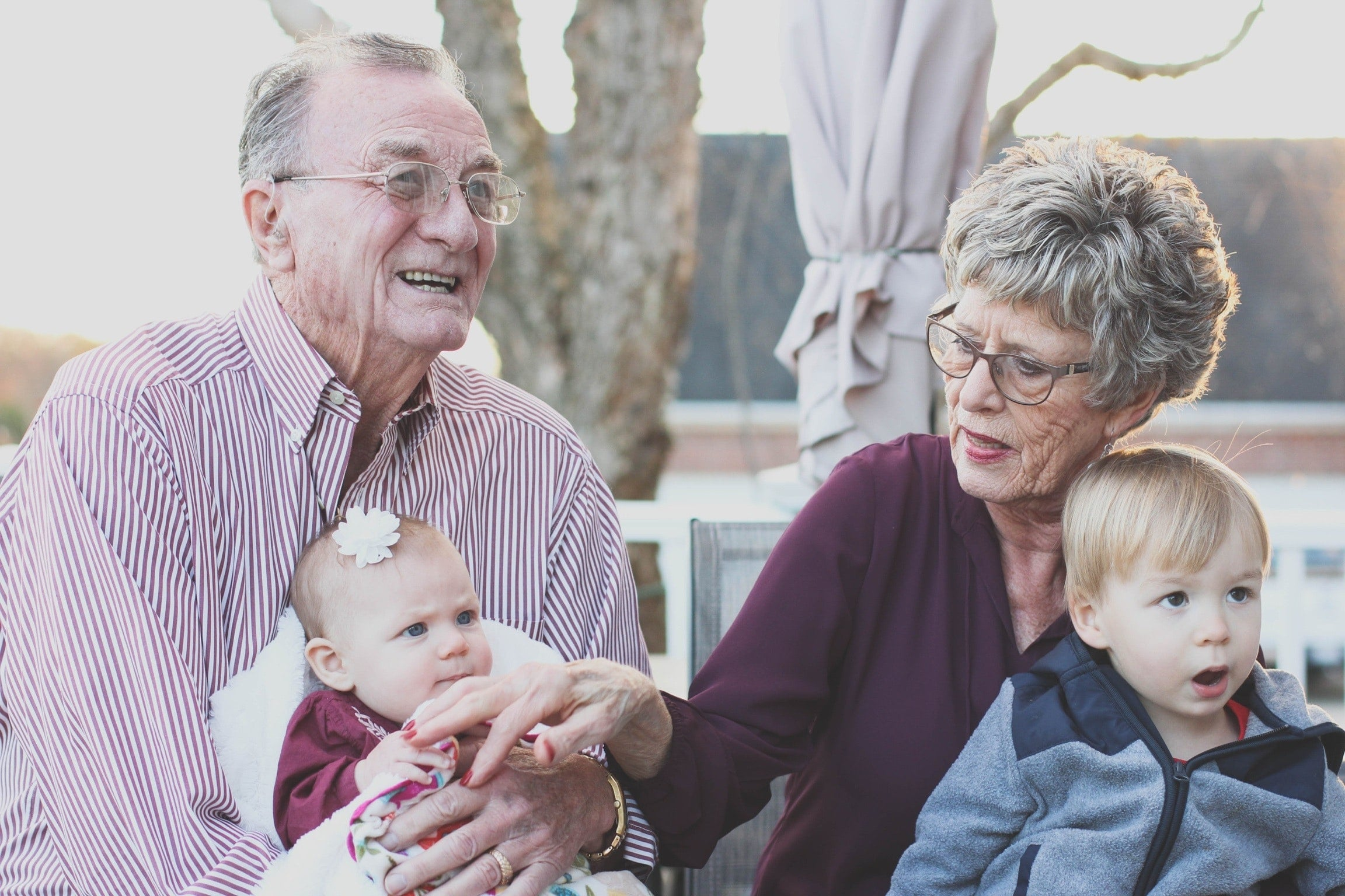 Des seniors avec leurs petiit enfants
