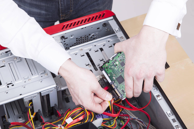un ordinateur en train de se faire réparer