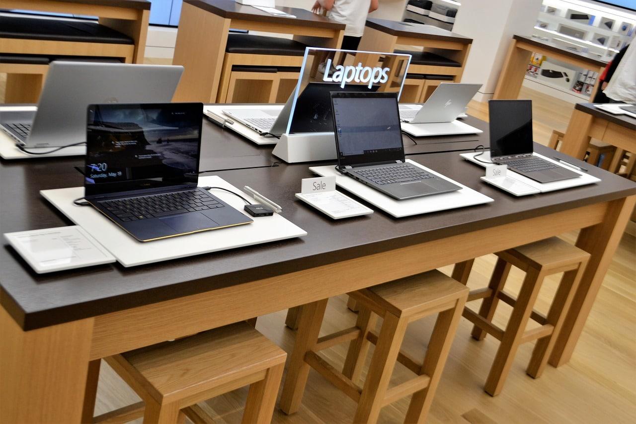 Des pordinateur portable unik informatique sur une table