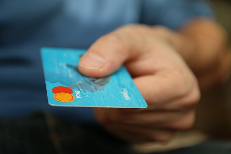 Une main qui tend une carte de crédits pour payer les frais de raccordement